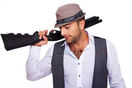 Photo pour Un gentleman tient un fusil de chasse - image libre de droit