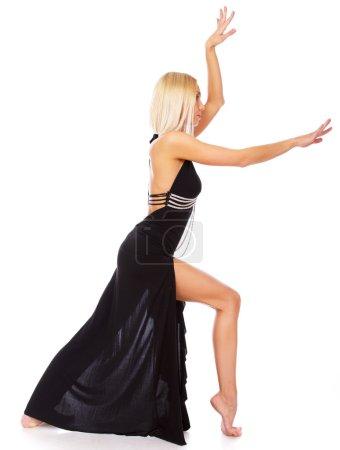 Photo pour Image de femme blonde qui danse dans le studio - image libre de droit