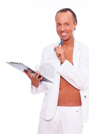 Photo pour Image de l'homme qui est wmiling en pensant à quelque chose qu'il a lu en blanc - image libre de droit