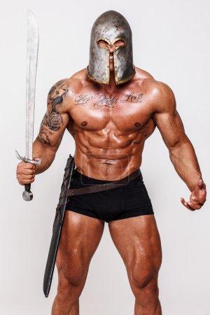 Photo pour Image de guerrier nu en colère avec l'épée dans les mains - image libre de droit