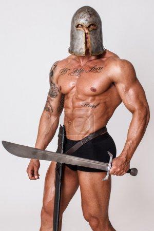 Photo pour Image de l'homme qui prend des poses de guerriers - image libre de droit