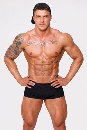 Photo pour Image d'homme sexy en pantalon qui tient les bras sur son corps - image libre de droit