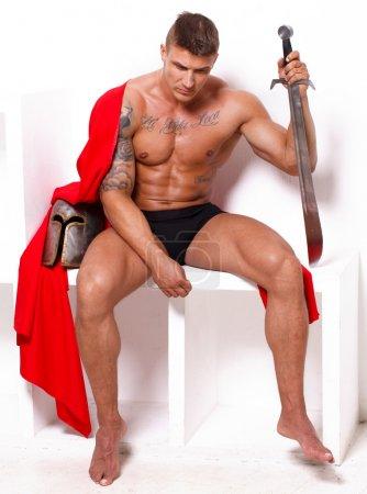 Photo pour Image de guerrier topless avec manteau rouge qui s'ennuie - image libre de droit