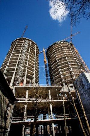 Photo pour Vue du bas sur la construction des bâtiments - image libre de droit