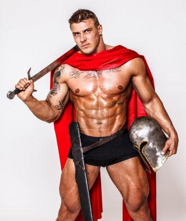 Photo pour Image d'un énorme guerrier en manteau rouge - image libre de droit