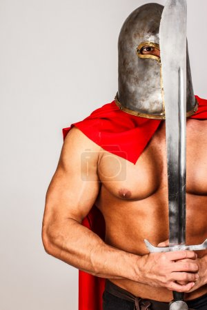 Photo pour Image d'un guerrier calme tenant son épée devant son visage - image libre de droit