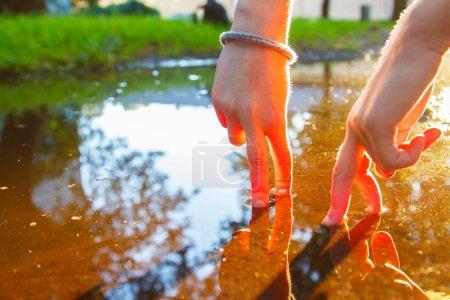 Photo pour Image de deux doigts qui marchent le jour brillant dans la puberté - image libre de droit