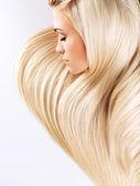 Szőke nő hosszú, egyenes haj