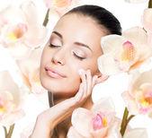 žena použitím kosmetický krém na obličej
