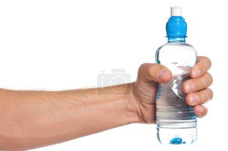 Photo pour Homme tenant une bouteille d'eau isolé sur fond blanc - image libre de droit