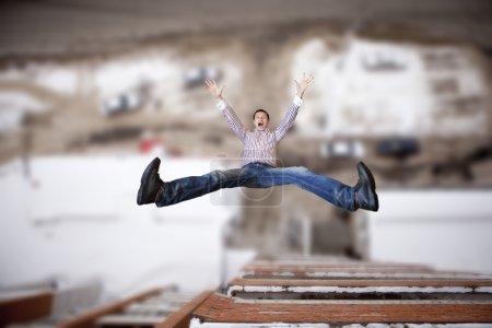 Photo pour Le jeune homme sauta de la hauteur . - image libre de droit