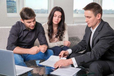 Photo pour Couple consulte avec agent, signer des documents - image libre de droit