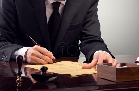 Photo pour Homme d'affaires légaliser testament au bureau de notaire - image libre de droit