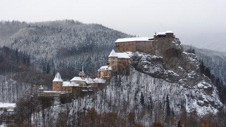 Photo pour Vue inhabituelle du célèbre château d'Orava (OravskXohrad) en hiver après une forte tempête de neige. Cette vue panoramique montre tous les bâtiments du château d'Orava dans son ensemble, y compris le château inférieur (Dolnagara), moyen (Strednagara) et supérieur (Hornagara) . - image libre de droit