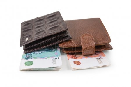 Photo pour Le portefeuille en cuir marron avec deux roubles est photographié sur le gros plan - image libre de droit