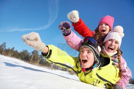 Photo pour Groupe d'adolescents vers le bas en hiver - image libre de droit