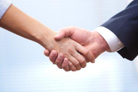 Foto de En el trabajo: mano de hombre y mujer temblando en una reunión - Imagen libre de derechos