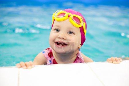 Photo pour Portrait de petit bébé nageant dans la piscine - image libre de droit
