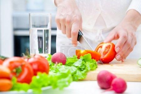 Photo pour Cuisine salade de légumes dans la cuisine les mains humaines - image libre de droit