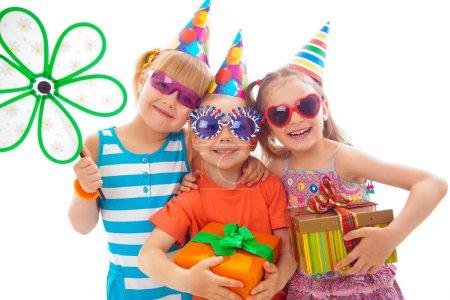 Photo pour Portrait de groupe d'enfants à la fête d'anniversaire - image libre de droit