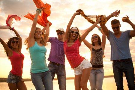 Photo pour Grand groupe de jeunes profitant d'une fête à la plage - image libre de droit