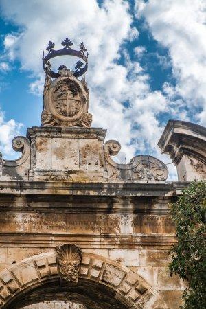Photo pour Portail dans la vieille ville de Conversano, Italie - image libre de droit