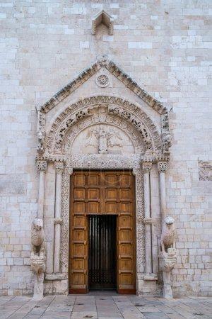 Photo pour Portail de l'église mère à Conversano, sud de l'Italie - image libre de droit