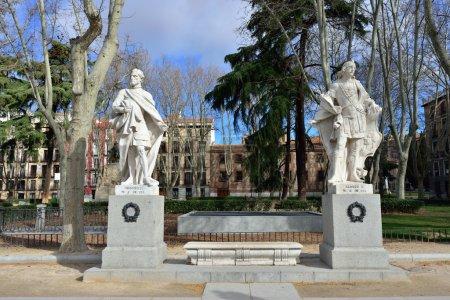 Photo pour Plaza de Oriente avec des statues à Madrid. Madrid est une destination touristique populaire avec une moyenne d'environ 4 millions de visiteurs annuels estimés . - image libre de droit
