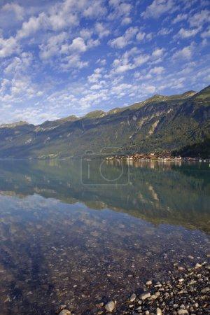 Photo pour Réflexion Brienz au bord du lac en Suisse - image libre de droit