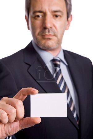 Photo pour Homme d'affaires offrant la carte de visite, mettant l'accent sur la main - image libre de droit