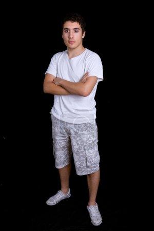 Photo pour Pleine longueur de jeune homme décontracté, sur un fond noir - image libre de droit
