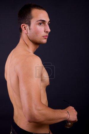 Photo pour Un jeune homme sensuel portrait rapproché - image libre de droit