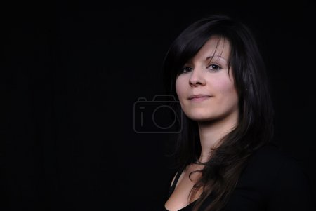 Photo pour Portrait de jeune femme isolée sur fond noir - image libre de droit