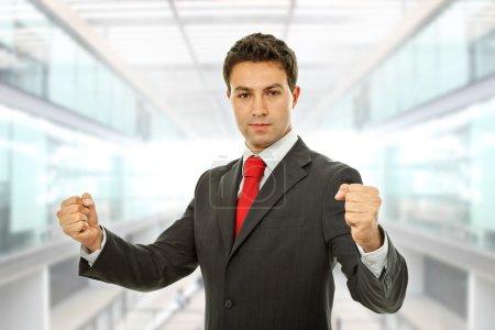 Photo pour Homme d'affaires réussie à bras ouverts, remportant au bureau - image libre de droit