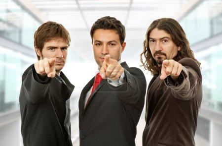 Photo pour Trois hommes d'affaires pointant, au bureau - image libre de droit