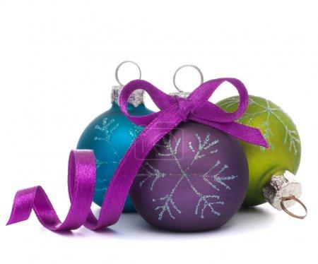 Photo pour Boule de Noël isolée sur fond blanc découpe - image libre de droit
