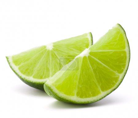 Photo pour Segment agrumes citron vert isolé sur fond blanc découpe - image libre de droit