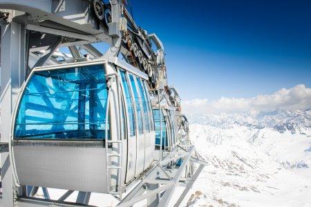 Photo pour CableWay en hiver - station de alpen - image libre de droit