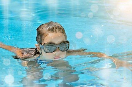 Photo pour Petite fille dans la piscine. Été extérieur - image libre de droit