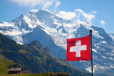Photo pour Drapeau de la Suisse sur le dessus de mannlichen (jungfrau région, Berne, Suisse) - image libre de droit