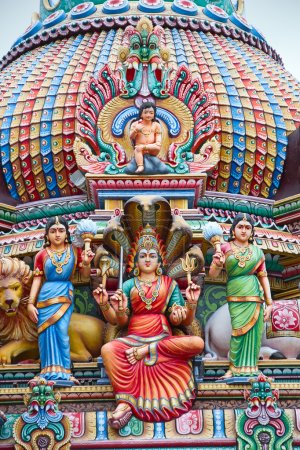 Photo pour Fragment de décorations du temple hindou Sri Mariamman à Singapour - image libre de droit