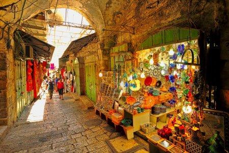 Photo pour JERUSALEM, ISRAEL - 21 AOÛT : Marché oriental couvert dans la vieille ville de Jérusalem offrant une variété de produits et souvenirs traditionnels du Moyen-Orient. Marché est un site très populaire auprès des touristes et des pèlerins visitant la ville de Jérusalem, Israël sur Augus - image libre de droit