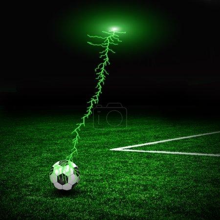 Photo pour Ballon de football sur le terrain vert et la foudre - image libre de droit