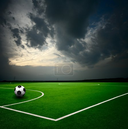 Photo pour Ballon de football sur le stade - image libre de droit