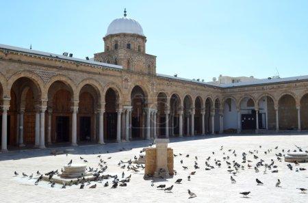 Photo pour La mosquée Al-Zaytuna (la mosquée des Oliviers) est une mosquée importante à Tunis, en Tunisie. . - image libre de droit