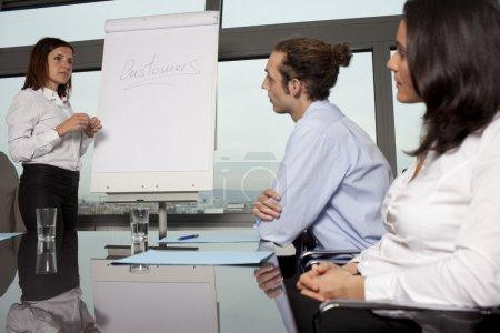 Photo pour Groupe d'employés de bureau dans une présentation de la salle de conférence - image libre de droit