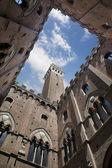 Palazzo comunale nádvoří s torre del mangia v Sieně