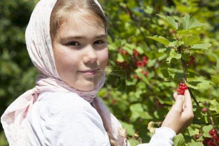 Photo pour Portrait d'une petite fille au groseille rouge, close-u - image libre de droit