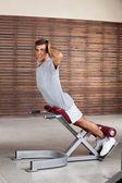 homme exerce sur la machine dans le club de santé