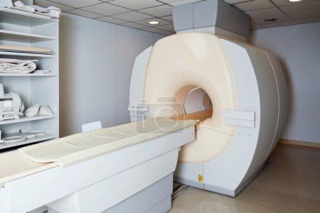 Photo pour IRM Machine dans le laboratoire de l'hôpital - image libre de droit
